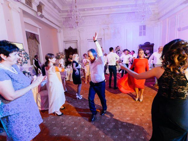 Зажигательные национальные танцы на армянской свадьбе