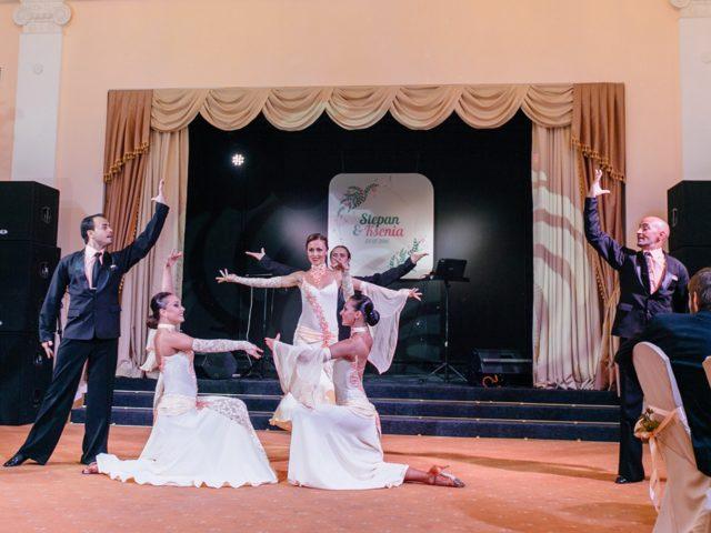 Красивое открытие свадьбы шоу балетом
