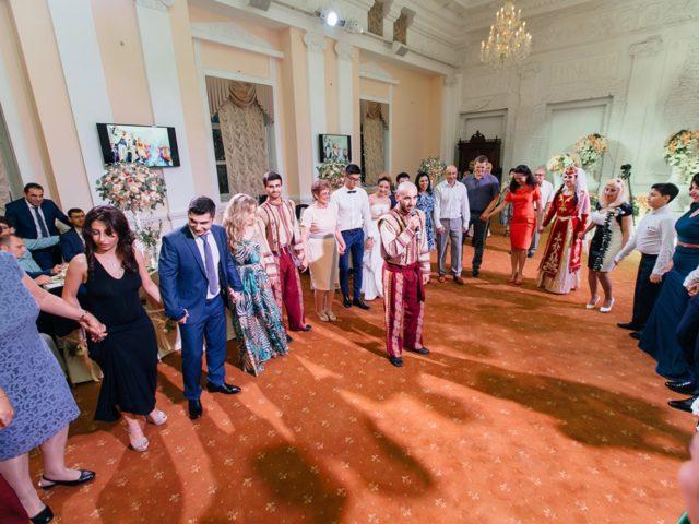 Обучение гостей армянскому танцу кочари на свадьбе