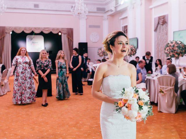 Полёт букета невесты на свадьбе