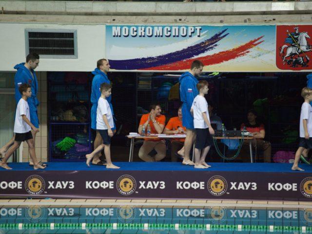 Игроки сборной команды России выходят на бортик с детьми
