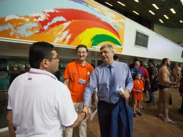 Евгений Шаронов поздравляет главного тренера сборной РФ Эркина Шагаева