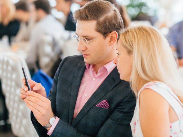 Фасилитатор общается с представителями бизнес сообщества