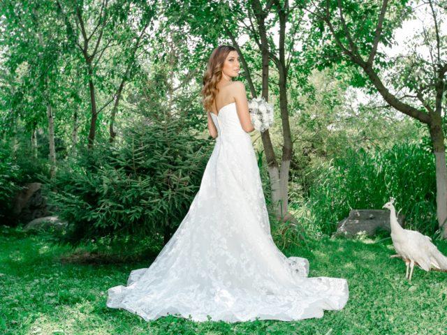 Красавица невеста Ирина с павлином