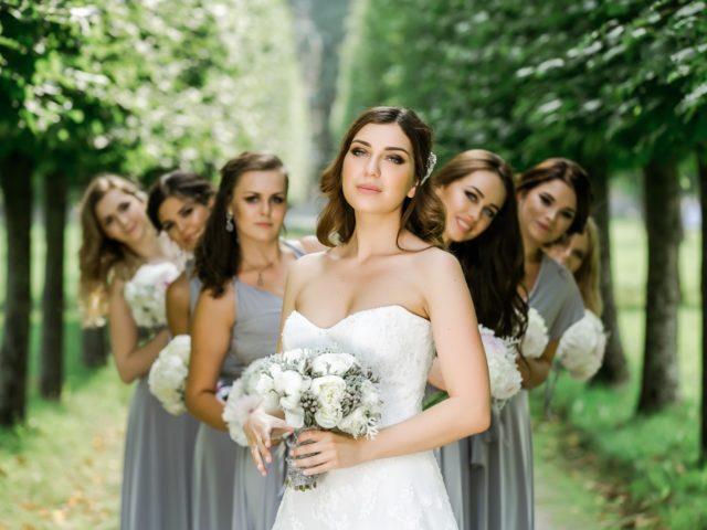Подружки невесты в серых платьях на фотосессии с невестой
