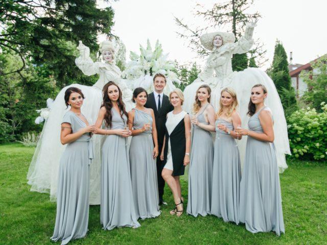 Свадебный ведущий с подружками невесты и организатором свадьбы Екатериной Акимовой