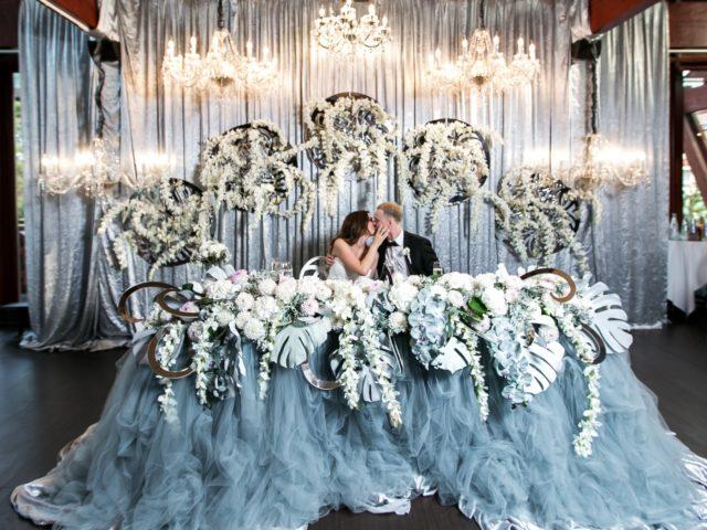 Красивый президиум молодожёнов на свадьбе