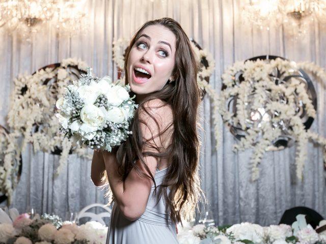 Счастливая обладательница букета невесты