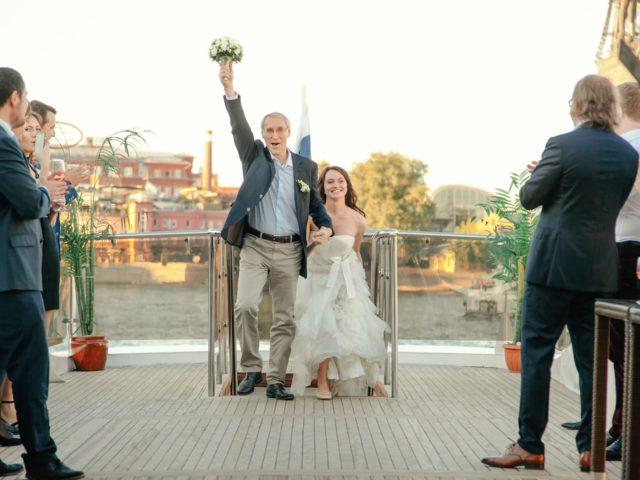 Появление невесты с папой на церемонии