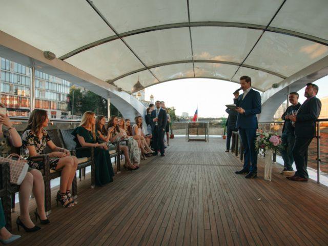 Проведение выездной церемонии бракосочетания на верхней палубе теплохода