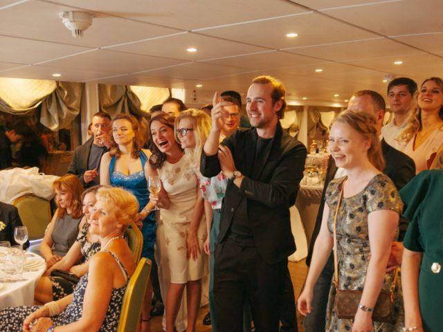 Гости тепло реагируют на программу свадьбы