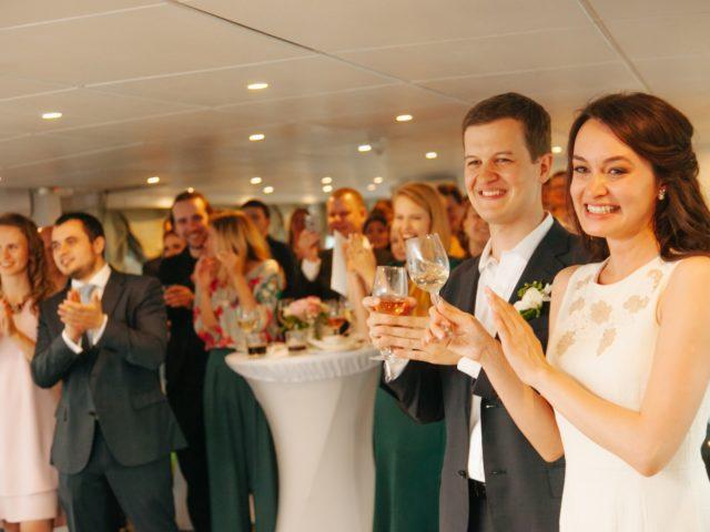 Жених и невеста принимают поздравления от гостей