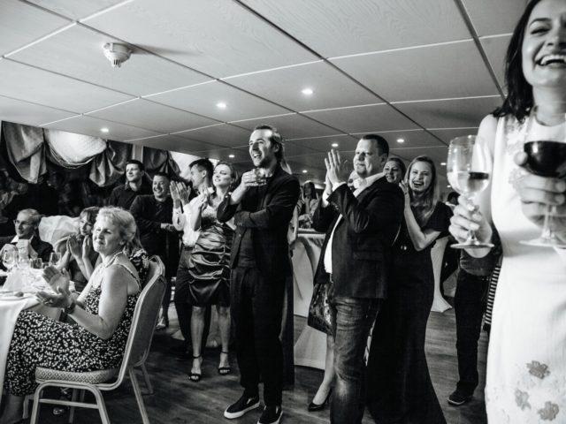 Живые эмоции гостей свадебной вечеринки