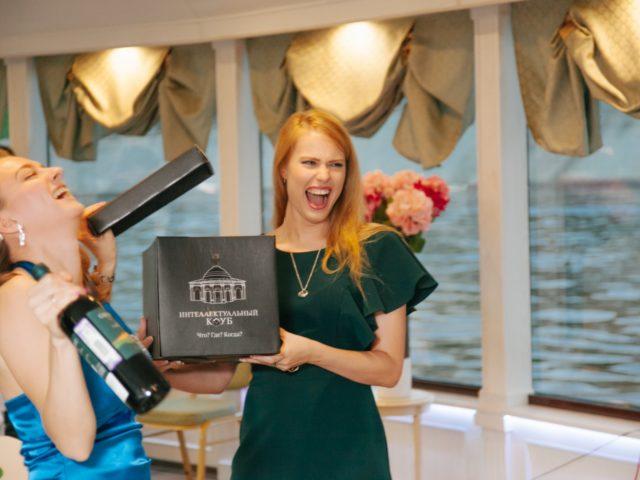 Мои помощницы гости свадьбы открывают чёрный ящик