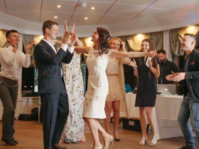Танцы на нижней палубе теплохода Благодать