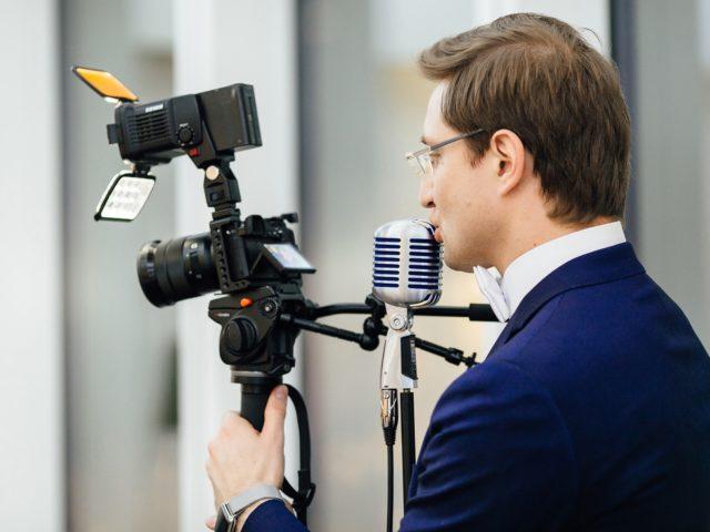 Когда тост говорят видеографы снимает ведущий Юбилея