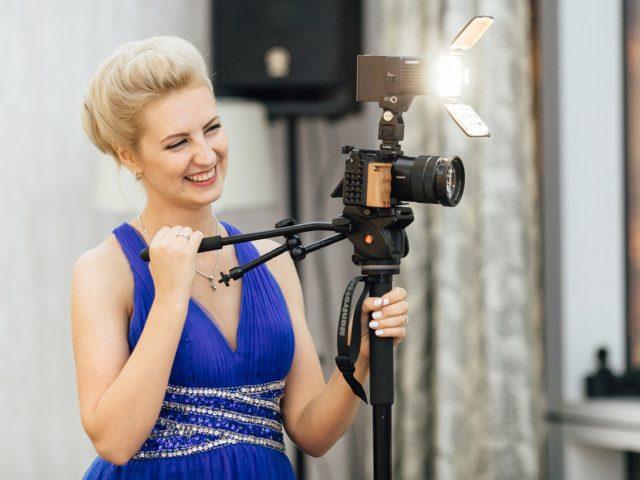 Именинница снимает тост видеооператоров