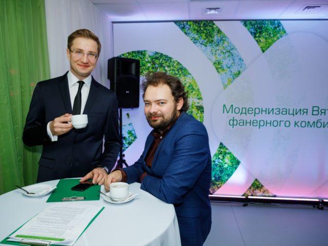 Ведущий делового мероприятия Роман Акимов и диджей Максим Петунин