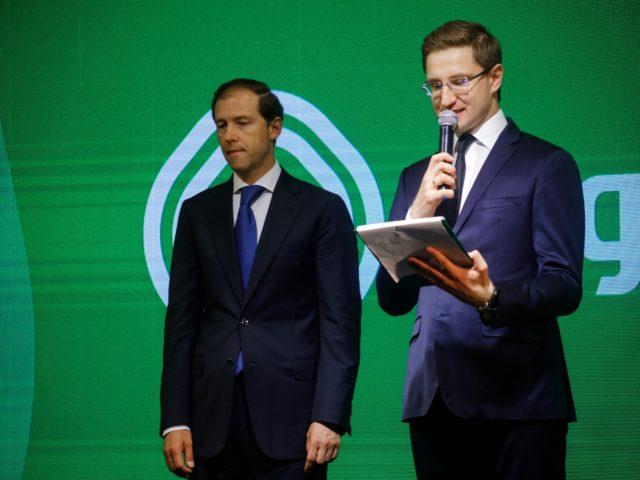 Министр Промышленности и торговли Денис Мантуров и ведущий церемонии открытия Роман Акимов