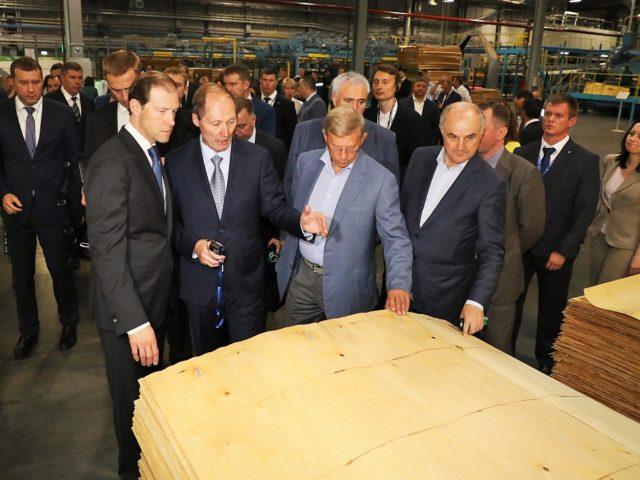 Министр Мантуров смотрит продукцию комбината