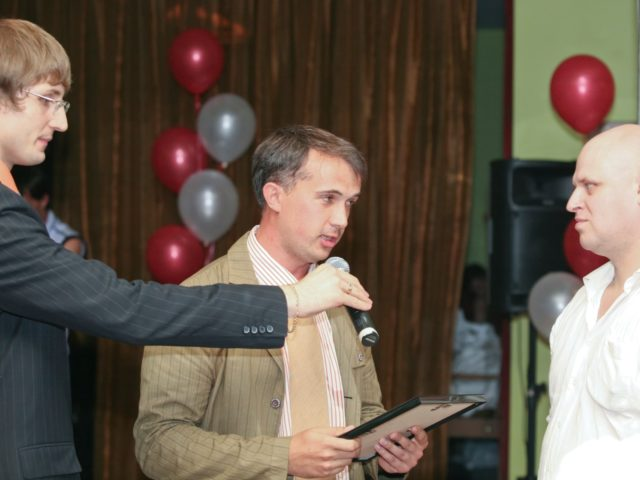 Вручение подарков во время официальной части вечеринки Exxon Mobil