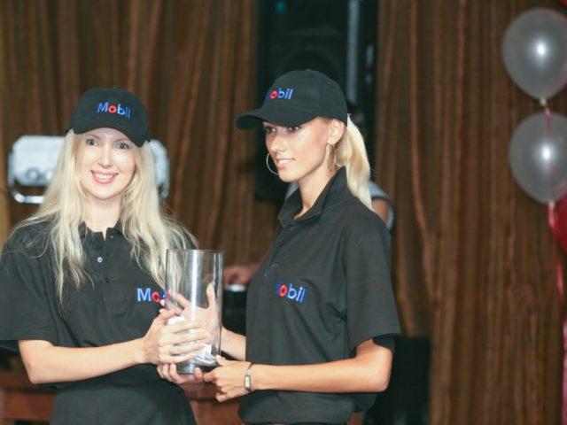 Девушки модели помогают ведущему вечеринки с лотереей