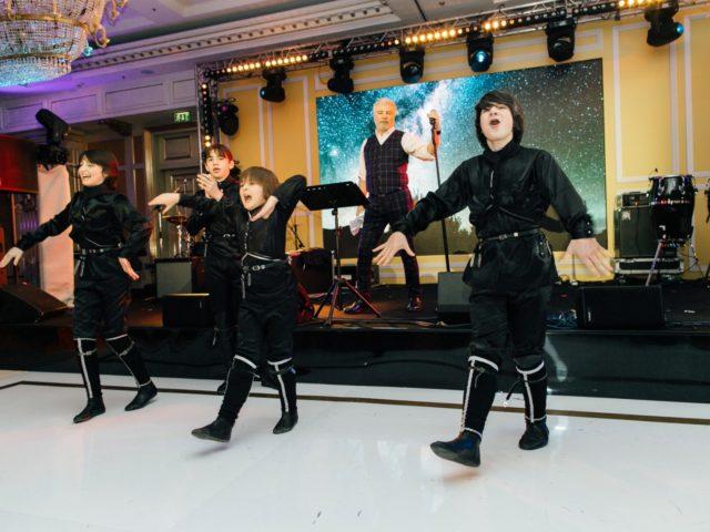 Кавказские танцы во время выступления Павлиашвили