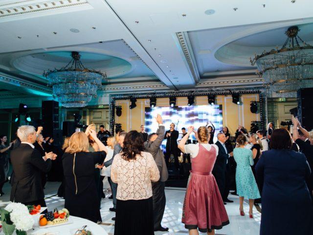 Полный танцпол бального зала отеля Ритц Карлтон во время выступления Преснякова