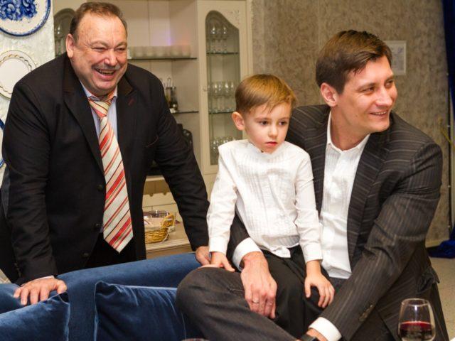 Геннадий и Дмитрий Гудковы с внуком сыном
