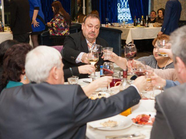 Гости поднимают бокалы за Юбилей 30 лет