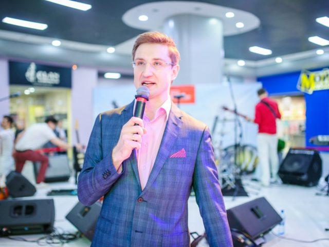 Ведущий Роман Акимов проводит День Рождения торгового центра