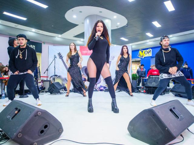 Певица Бьянка на сцене торгового центра Москворечье