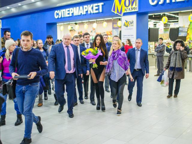Певица Бьянка после выступления на Дне Рождении торгового центра Москворечье
