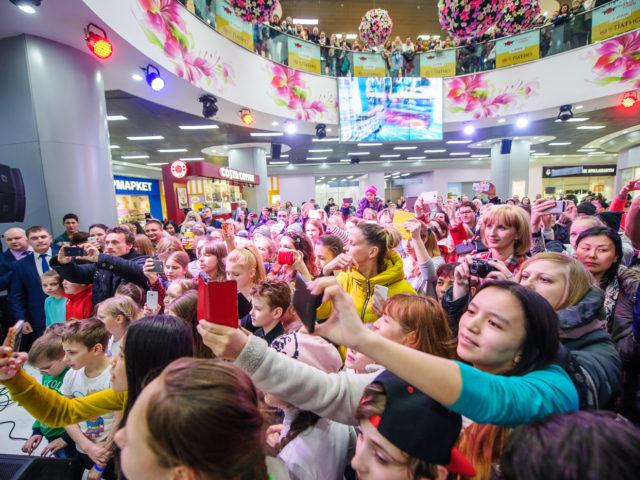 Преданные поклонники певицы Бьянки на празднике