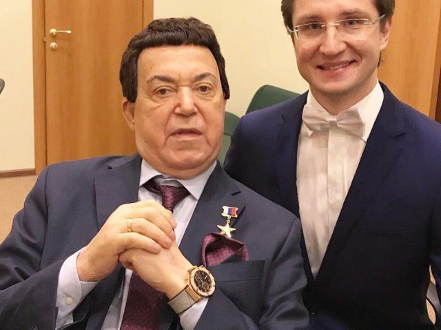 Иосиф Кобзон и ведущий Роман Акимов