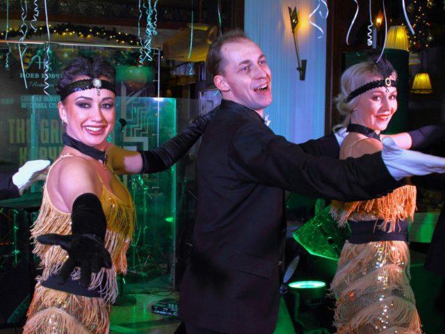Шоу балет продолжает раскрывать тематику вечеринки Великий Гэтсби