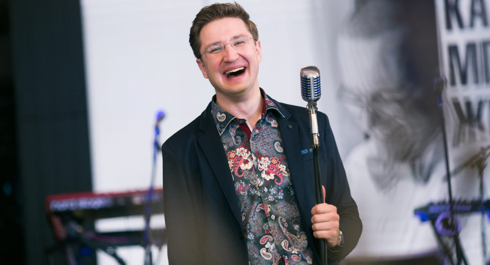 Ведущий Роман Акимов