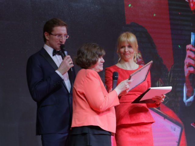 Актриса Анна Чурина награждает лауреата Премии журнала Эстет
