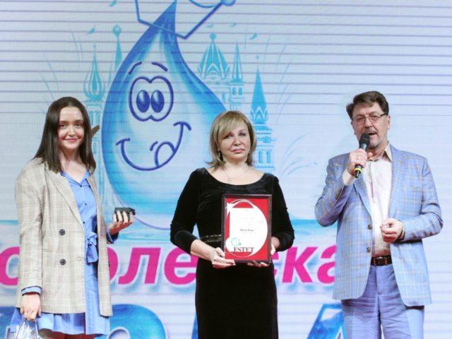 Глава event холдинга Князевъ Сергей Князев вручает диплом лауреату премии