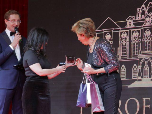 Вручение подарков Регине Шрекер от парнёров Юбилея журнала Эстет