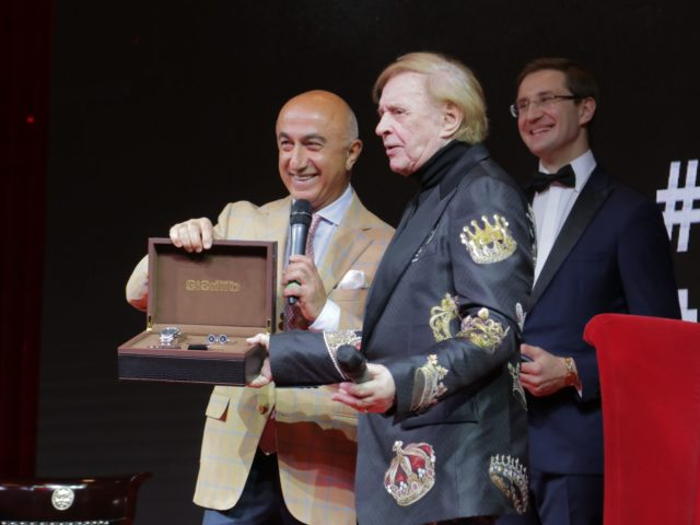 Владелец Ювелирного дома Эстет Гагик Геворкян вручает Роману Виктюку часы и Премию журнала