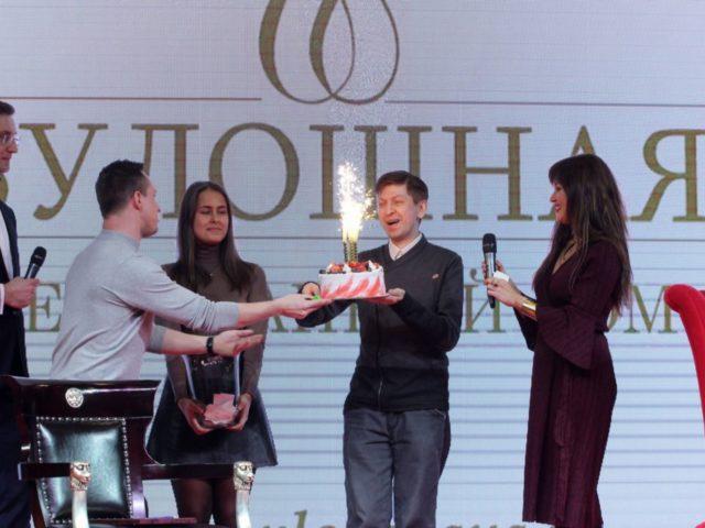 Торт от партнёров в лотерее на Юбилее журнала Эстет