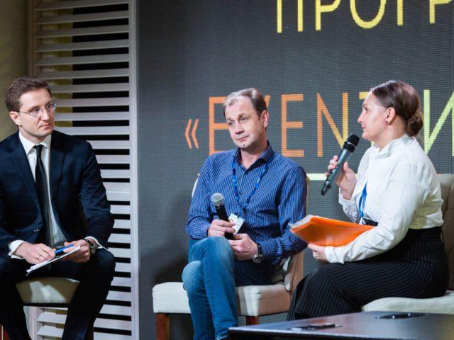 Татьяна и Андрей Петровские беседуют с модератором встречи Романом Акимовым