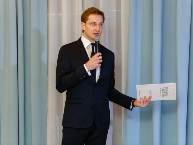 Ведущий и модератор Роман Акимов открывает деловую программу