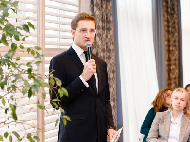 Ведущий мероприятия Роман Акимов задаёт вопросы экспертам
