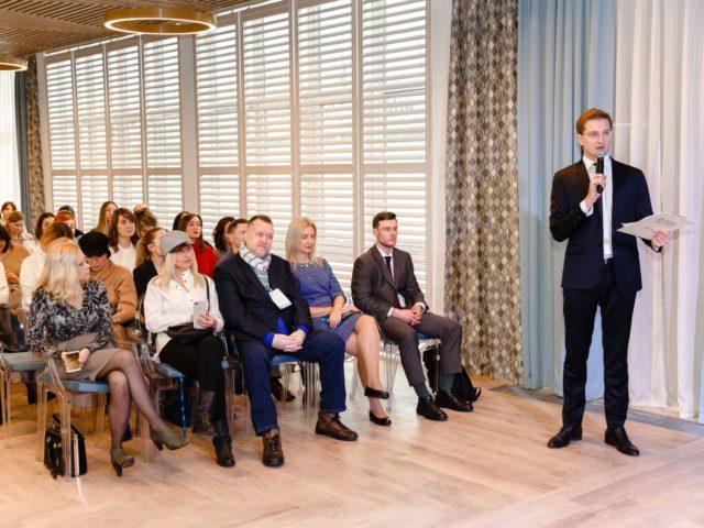 Ведущий Роман Акимов проводит презентацию нового ресторана Аркадия Новикова