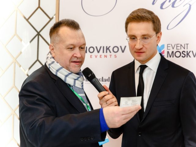 Алексей Майоров вытаскивает визитку с именем победителя