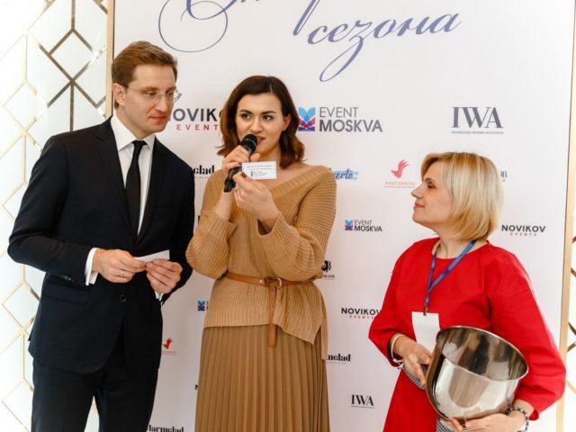 Елена Лисянская называет имя победителя лотереи