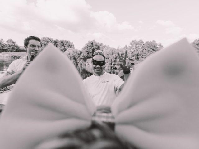 Ведущий летнего тимбилдинга объясняет задания участникам