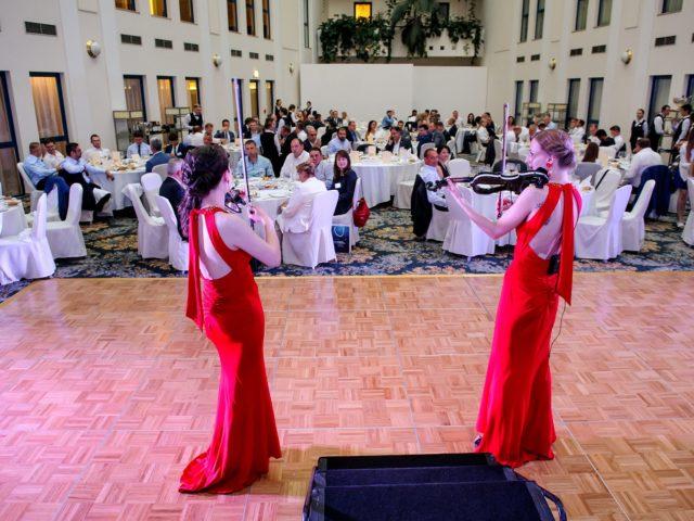 Выступление скрипичного дуэта в программе гала ужина в зале Атриум отеля Балчуг Кемпински Москва